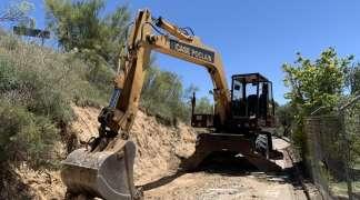 La tierra de la obra en la calle de las Escuelas se reciclará en la mota medioambiental que separa Quer de la ZEPA