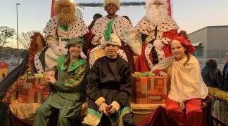 Los Reyes Magos han recorrido las calles de Quer y han entregado un regalo a cada niño setero
