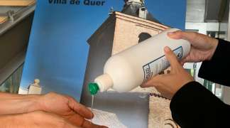 La empresa ANRA dona gel hidroalcohólico al Ayuntamiento de Quer